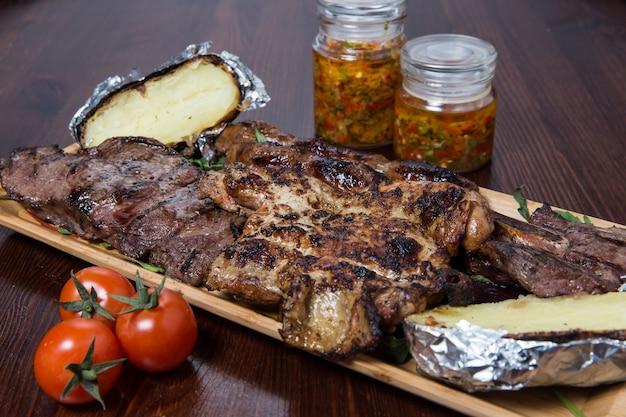 Viande Aux Légumes Sur Une Plaque En Bois Photo Premium