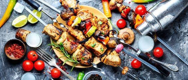 Viande de barbecue sur des brochettes en bois Photo Premium