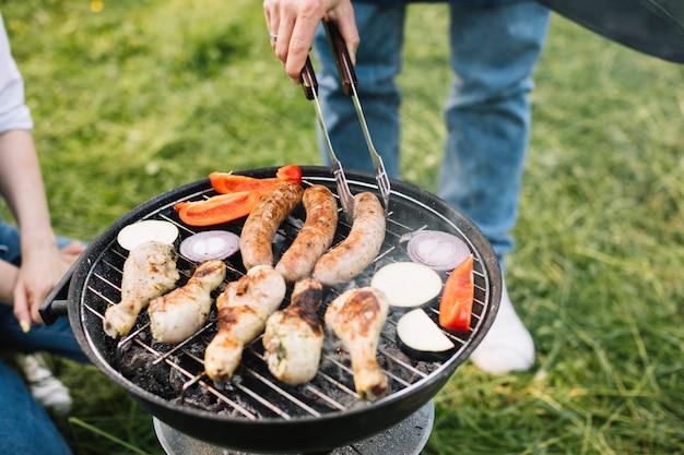 Viande sur le barbecue dans la nature Photo gratuit