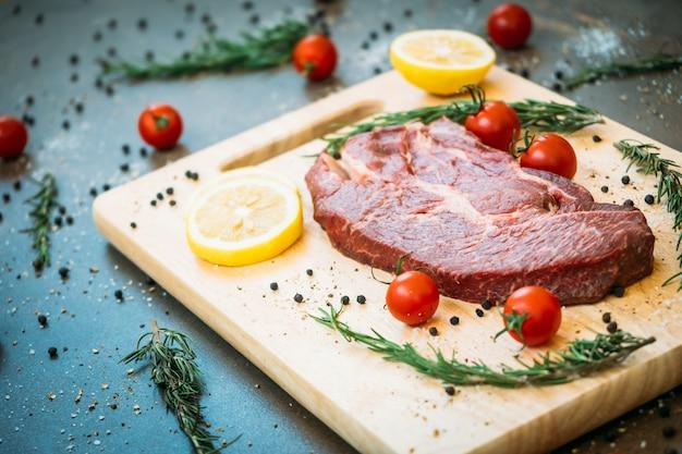 Viande de boeuf crue sur une planche à découper Photo gratuit