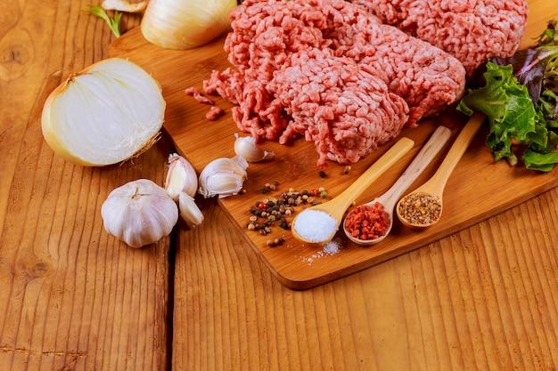 Viande de boeuf hachée avec des feuilles de basilic prêtes à la cuisson Photo Premium