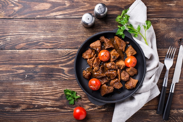 Viande de bœuf rôtie ou en sauce à la tomate Photo Premium