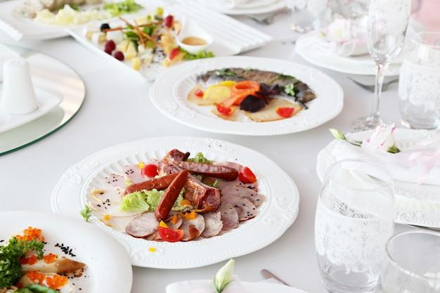 Viande de charcuterie, saucisses sur une table de banquet Photo Premium