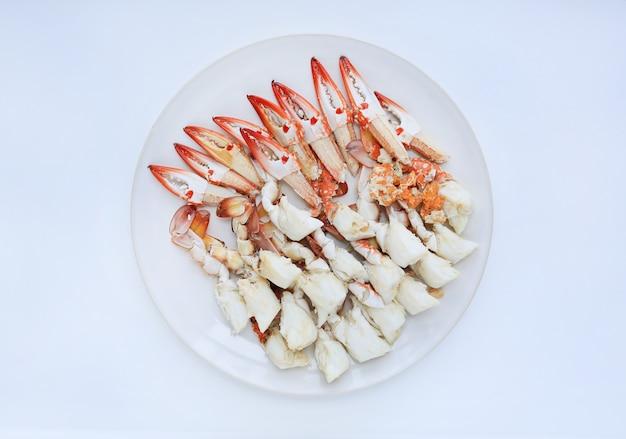 Viande de crabe cuite à la vapeur dans une assiette circulaire Photo Premium