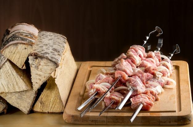 Viande crue aux épices et à l'oignon enfilée sur une brochette Photo Premium