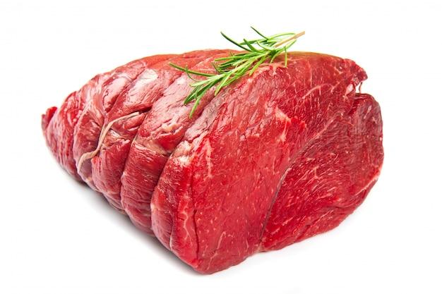 Viande crue sur blanc Photo Premium