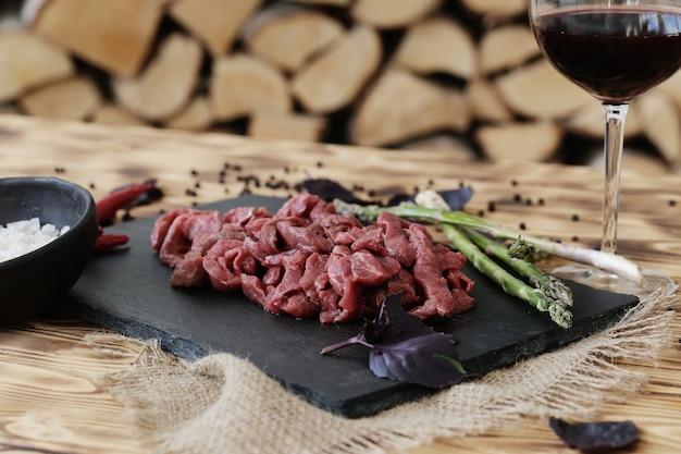 Viande Crue Avec Des Ingrédients Pour La Cuisson Des Repas Photo gratuit