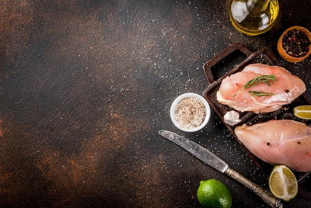 Viande crue, prête pour le filet de poitrine de poulet grillé ou barbecue Photo Premium