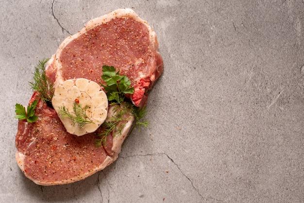 Viande crue. steak de porc à l'aneth dans une assiette Photo Premium