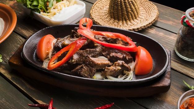 Viande cuite avec des légumes et différents apéritifs Photo gratuit