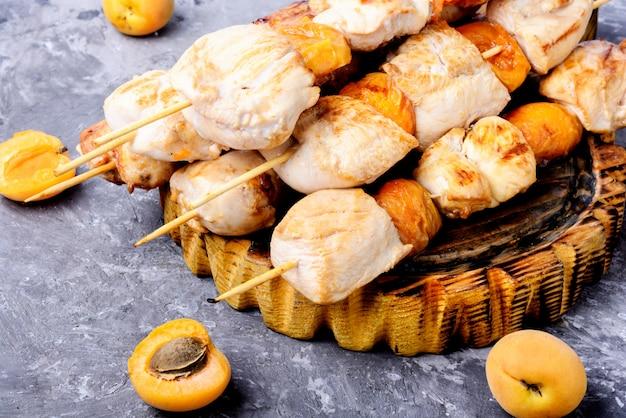 Viande de dinde barbecue sur des brochettes en bois Photo Premium