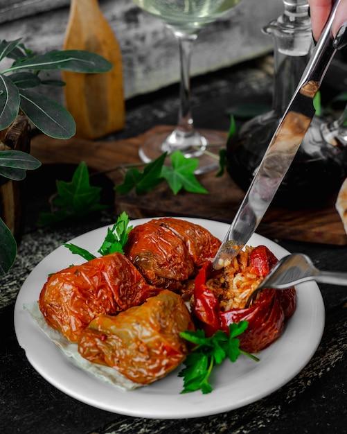 Viande enveloppée dans des légumes Photo gratuit