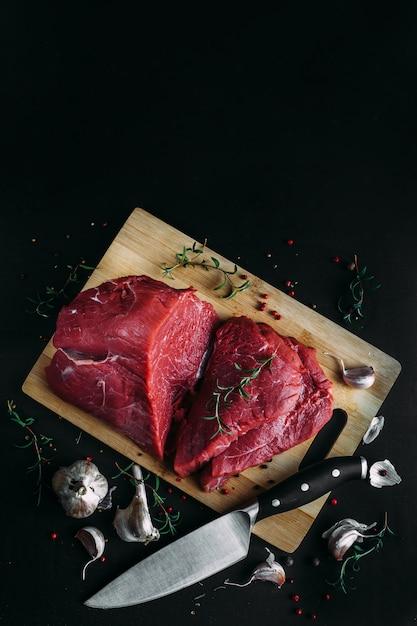 Viande Fraîche Et Crue. Morceau De Boeuf Rouge Prêt à Cuire Sur Le Gril Ou Le Barbecue Photo Premium