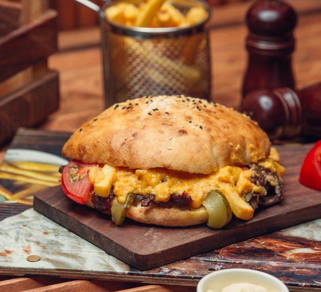 Viande frite au fromage sous pain pita Photo gratuit