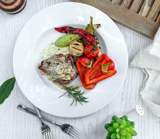 Viande frite dans une sauce crémeuse avec des légumes cuits au four Photo gratuit