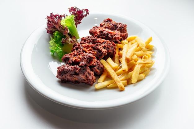 Viande et frites et pommes de terre Photo Premium