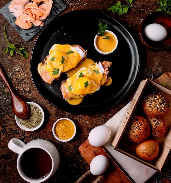 Viande Garnie De Sauce Et Quelques œufs Photo gratuit