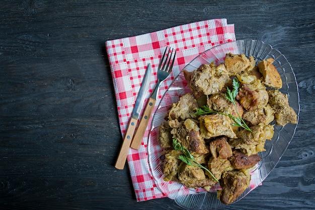 Viande grillée. brochettes de porc dans une assiette. Photo Premium