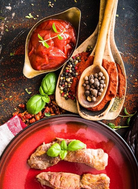 Viande grillée avec sauce tomate et épices Photo Premium