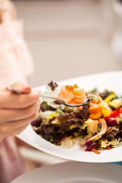 Viande hachée avec salade mixte Photo gratuit