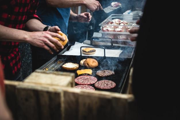 Viande hamburger sur un grill Photo gratuit