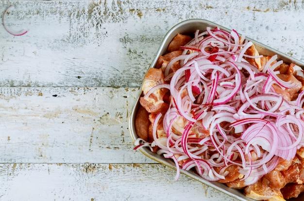 La viande marinée pour le shashlik barbecue sur des brochettes Photo Premium