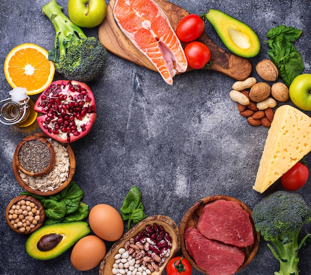 Viande, poisson, légumineuses, noix et légumes. Photo Premium