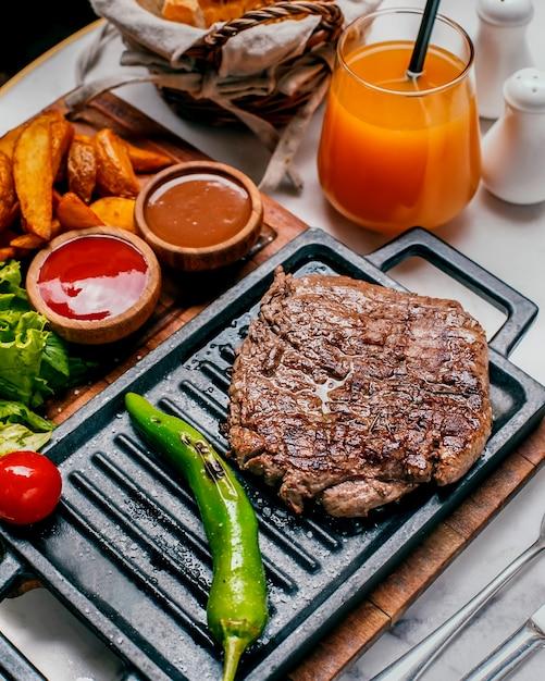 Viande et pommes de terre frites maison et orange fraîche Photo gratuit