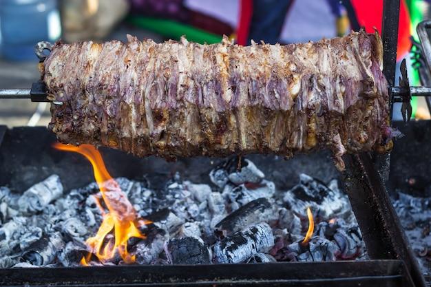 Viande pour shawarma sur une grille à la broche. Photo Premium