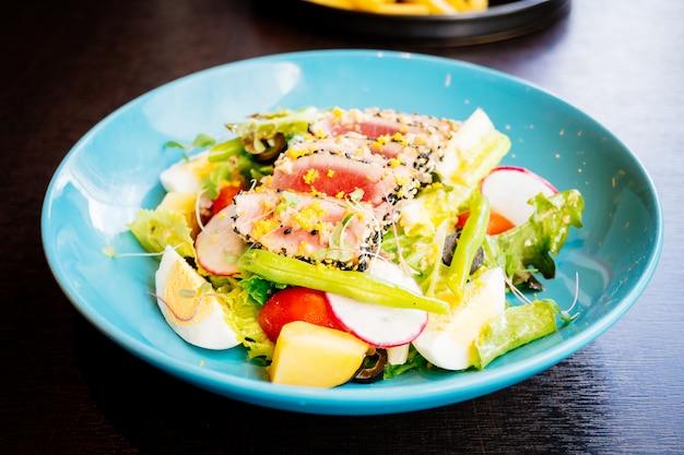Viande de thon crue et fraîche avec sésame et salade Photo gratuit