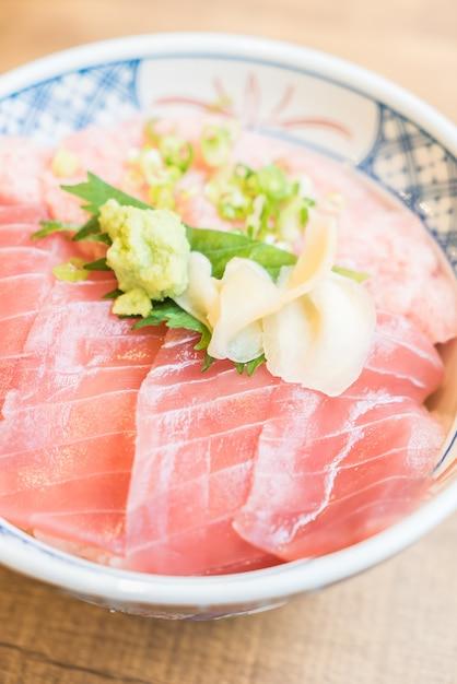 Viande de thon de poisson cru dans un bol de riz Photo gratuit