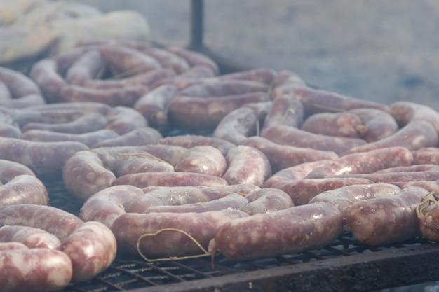 Viande traditionnelle grillée sur le grill dans la campagne argentine Photo Premium