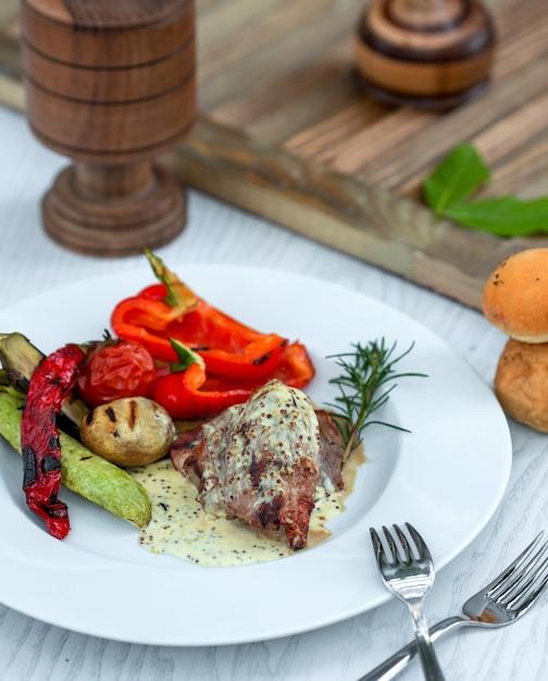 Viande trempée dans la sauce, graines de sésame et légumes Photo gratuit