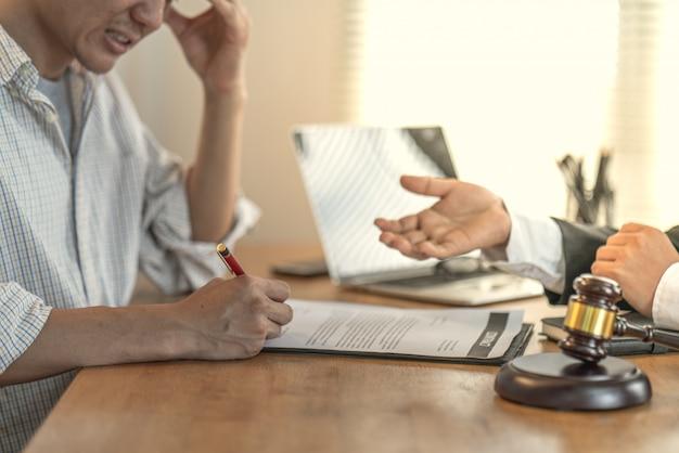Les victimes intègrent avec un avocat des contrats abusifs pour l'achat de maisons Photo Premium