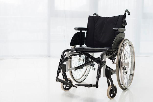 Vide fauteuil roulant moderne dans la chambre Photo gratuit
