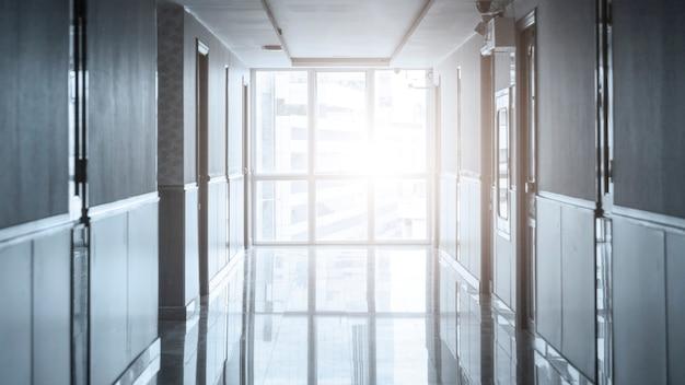 Vide long couloir dans l'immeuble de bureaux moderne Photo Premium