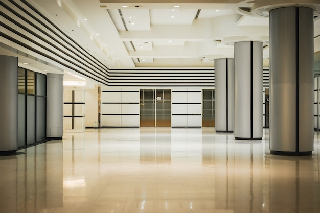Vide long couloir et porte dans l'immeuble de bureaux moderne. Photo Premium