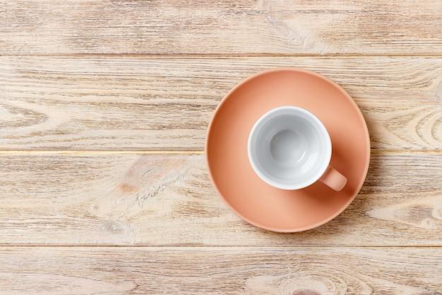 Vide tasse colorée sur une assiette pour café ou thé, vue de dessus Photo Premium