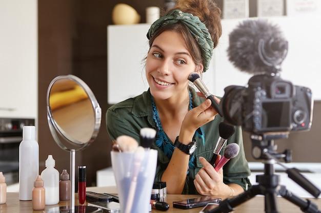 Vidéo De Maquillage De Tournage De Vlogger Féminin Photo gratuit