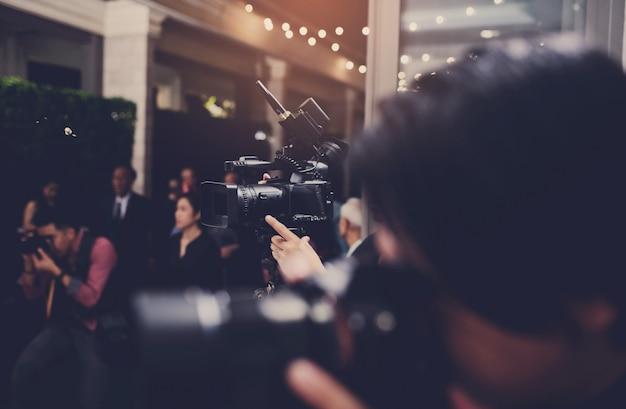 Vidéographe gros plan, caméraman, film, homme avec caméra, film, caméra professionnelle Photo Premium