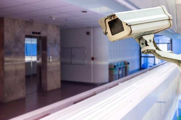 Vidéosurveillance Dans L'immeuble En Face De L'ascenseur Photo Premium