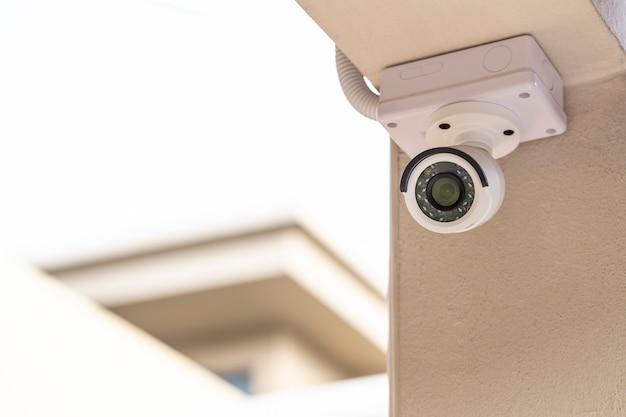 Vidéosurveillance sur le pilier d'une maison sur fond blanc Photo Premium