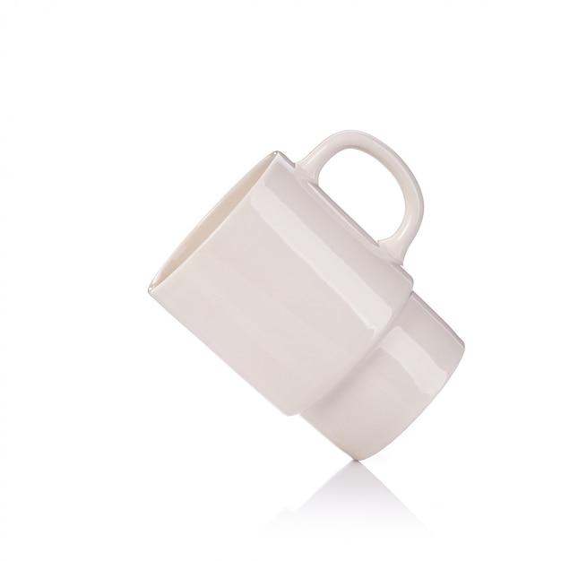 Vider une tasse de café ou une tasse pour une boisson chaude. Photo Premium