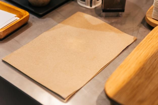 Videz le menu de la couverture en papier brun sur le comptoir de la cuisine. Photo Premium