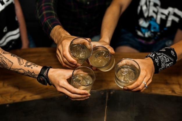 Vie aérienne d'amis tenant un verre de cocktails Photo gratuit