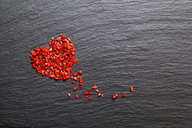 Vie amoureuse fond faux cristal rouge flou sur plaque de pierre noire Photo Premium
