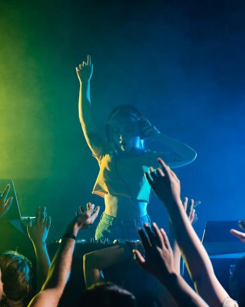 Vie de clubbing avec dj féminin Photo gratuit