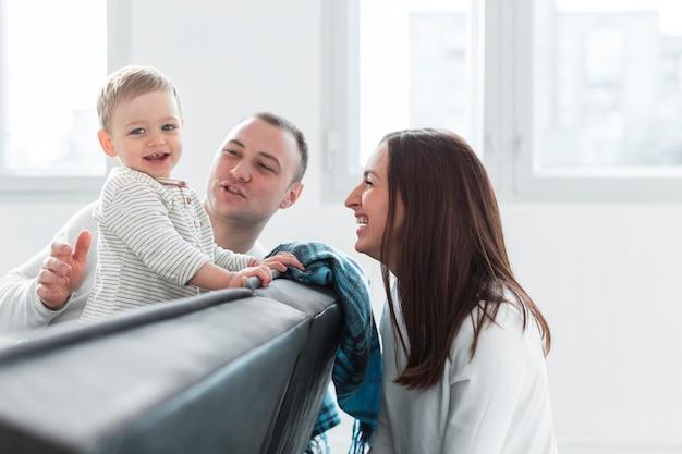 Vie De Famille Heureuse à La Maison Photo gratuit