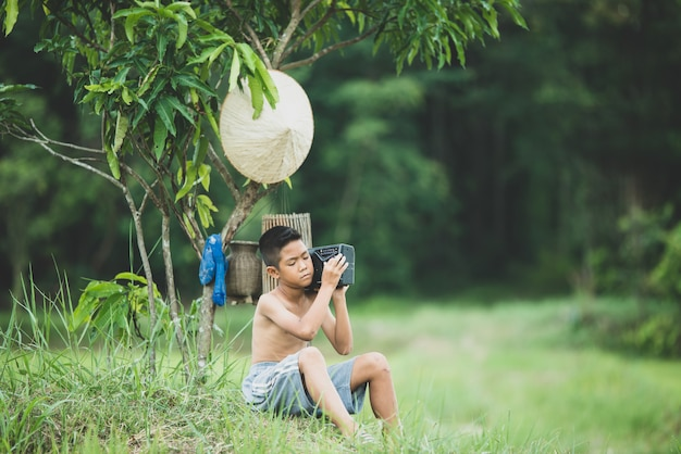 Vie de garçon asiatique à la campagne Photo gratuit