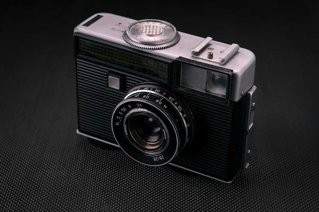 Vieil appareil photo 36mm film vintage, mémoire lifestyle. prenez des photos avec un historique de l'objectif manuel. Photo Premium